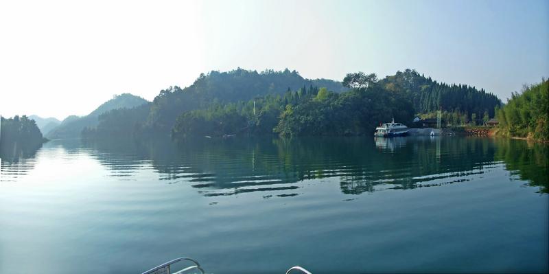 龙川湾风景区是千岛湖中特有的湖泊型湿地,面积约2.31平方公里.