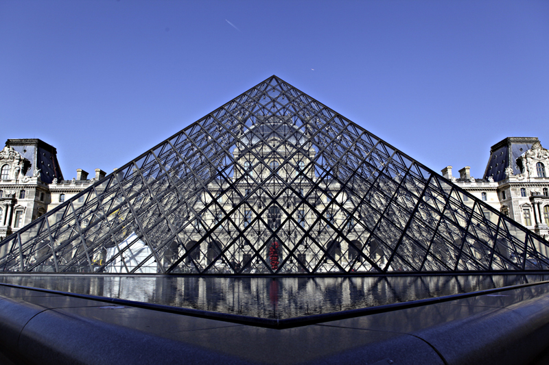 贝聿铭设计建造的玻璃金字塔