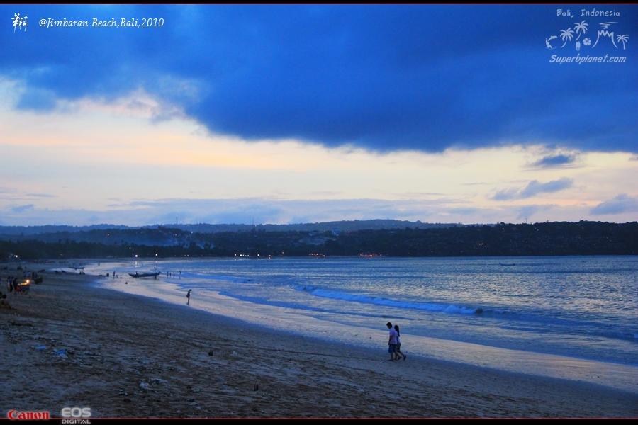 ———————————————————————— 初见金巴兰(Jimbaran),是在一个漫天霞云的黄昏。 穿过长长的餐厅迷阵,便来到了这片宽广的海滩,大海散发着宝石般的光泽,温柔而神秘。   海滩上,是密布的餐饮店铺,每