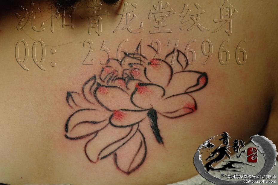 1、 锁骨纹身不分男女,但是女士这样纹身比较多,因为男人纹身面积还是大一些比较好看,像锁骨纹身这类比较小巧的更适合女孩。 2、 锁骨纹身面积不是很大,一般最小在两个硬币左右,不宜过小,大一些的在两个烟盒左右,如果男士纹这个部位,面积需要更大一些,女孩纹可以根据自己喜欢的图案类型来决定面积。 3、 锁骨纹身图案选择范围并不广泛,一般以图腾抽象为主,例如英文字母设计,在这个部位算是最漂亮的图案之一,一些小巧的星星,或者唇印一类也都很好。男士这个部位英文或图腾也是不错的。 4、 这个部位纹身忌讳选择人物、动物等