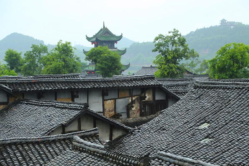楼高36米,木结构,三重檐,歇山式盔状屋顶,翠绿色琉璃瓦,各层装花窗