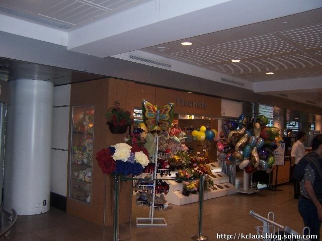 手捧鲜花,迎接贵宾,真是浪漫的法国人!这是在美国或其他地区的