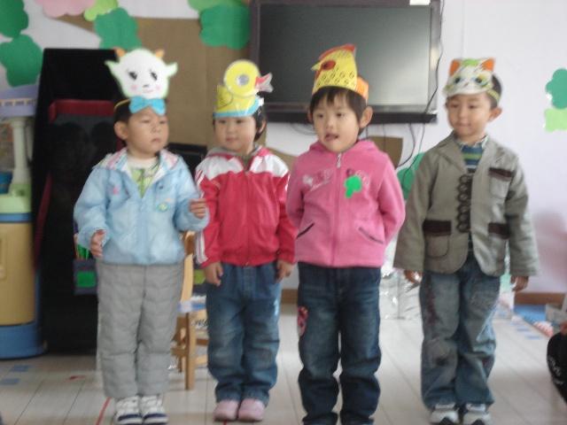 家长也可以扮演小动物,和孩子一起唱歌,动物头饰可以和孩子一起制作.