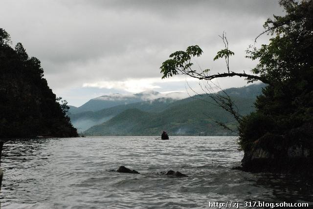 """早晨雨中的泸沽湖-""""山色空蒙雨亦奇"""" 本人此次泸沽湖之行两天都是下雨或阴天,所以只能写一写雨中的泸沽湖景色了。不过我觉得苏轼的诗""""水光潋滟晴方好,山色空蒙雨亦奇"""",虽然写的是杭州西湖,但我觉得用在雨中的泸沽湖也是非常恰当的。据摩梭人导游说,晴天里早晨日出时,泸沽湖湖水是金黄色的,等到中午时湖水又变成了银白色,非常漂亮。我这次是看不到这样的景色了。 泸沽湖古称鲁窟海子,又名左所海,俗称亮海,是国家4A级景区,位于云南省丽江市宁蒗彝族自治县与四川省凉山彝族自治州"""