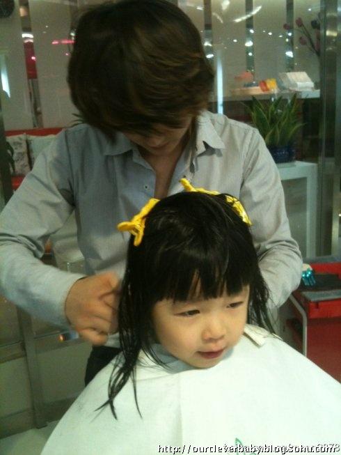 带yoyo去剪发,剪了可爱的娃娃头