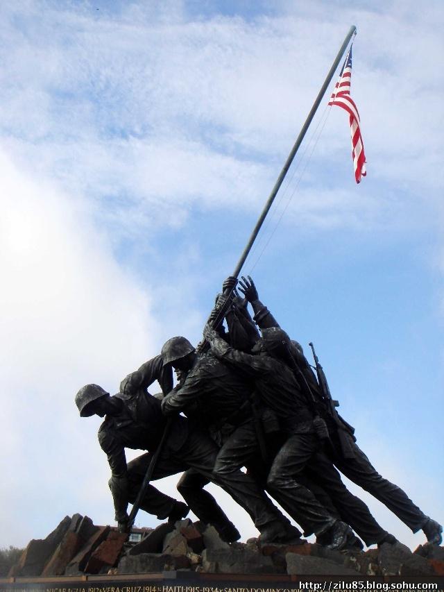 这个雕像的素材似乎来自硫磺岛战役的故事