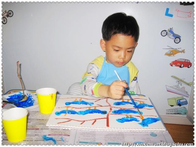 最后在用水彩笔画上小鸟嘴巴和脚就行了.