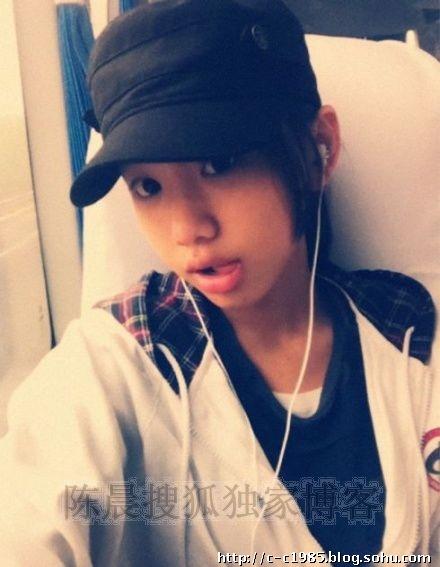 闫妮13岁漂亮女儿最新素颜自拍美照曝光玩转非主流