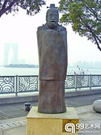 """金鸡湖畔""""吐舌露齿""""的老子雕塑"""