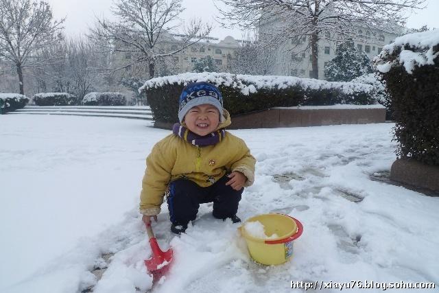 下雪了--玩雪小男孩