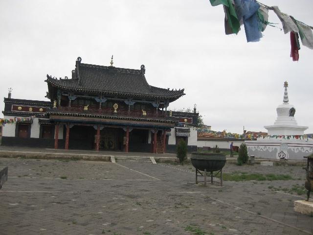 ...群百灵鸟在附近婉转鸣啼,百灵庙这一名称也就得流传了下来.
