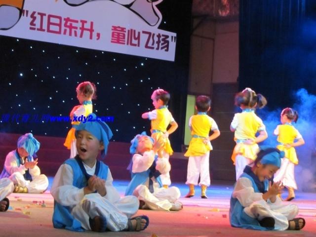 幼儿园舞蹈队的小精灵们踏着音乐节奏现身舞台