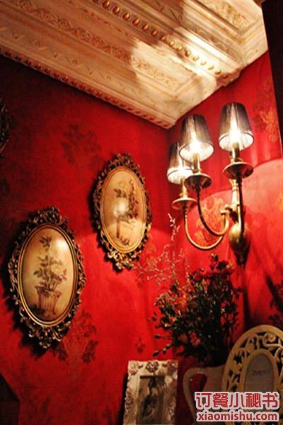 深红色绒面花纹墙纸,精细的涂金天花板和各种复古