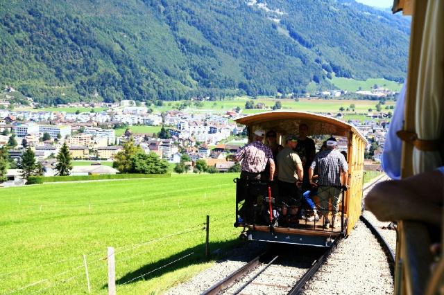 想想还是感受一下最古老的小火车,不是那种齿轮火车,很简单的