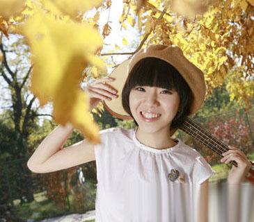 甜美的笑容青春阳光,俏丽的直短发,与可爱贝雷帽搭配文艺女孩味尽显