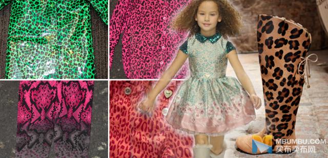 脱离自然色调,更加大胆鲜明的色彩令动物印花焕然一新,更显秋冬季之感。动物印花装点连衣裙,打造花朵裙,混搭花纹融入蛇皮纹,猎豹纹和豹纹印花出现在丹宁和雨衣上。小小的装饰口袋颇具新意,明亮的色彩、大码的花纹、类塑料面料都旨在令服装更显夸张大胆。