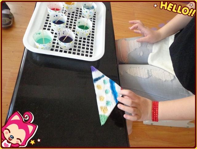 今天我们用水粉颜料只做了美丽的丝巾 我们先运用了折叠的方法把丝巾